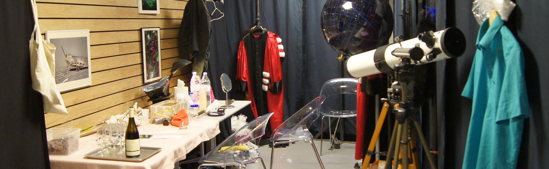 Coulisses de théâtres où l'on voit des costumes et des accessoires.